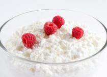 Cottage cheese with sour cream and raspberry